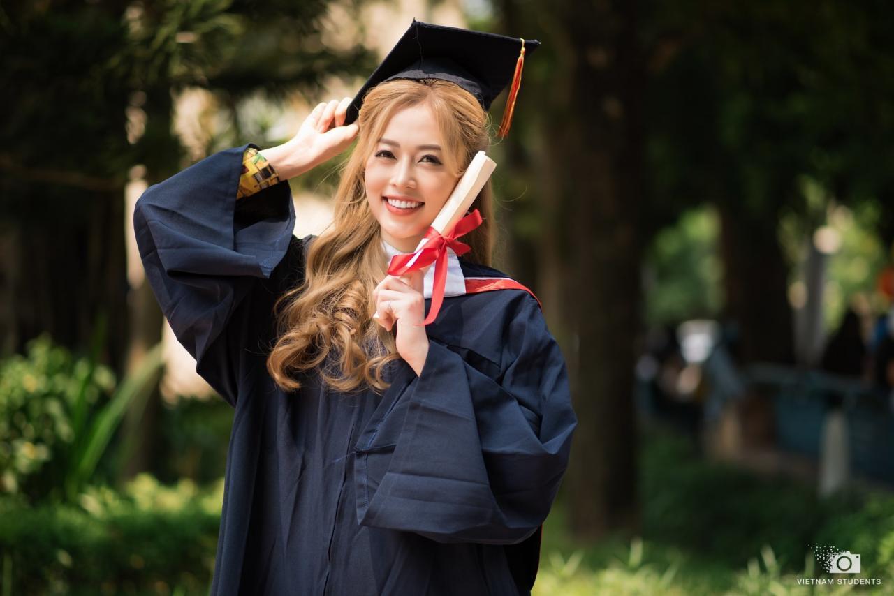 Hình ảnh trong trẻo chia tay tuổi sinh viên của Á hậu Bùi Phương Nga - VNReview Tin mới nhất