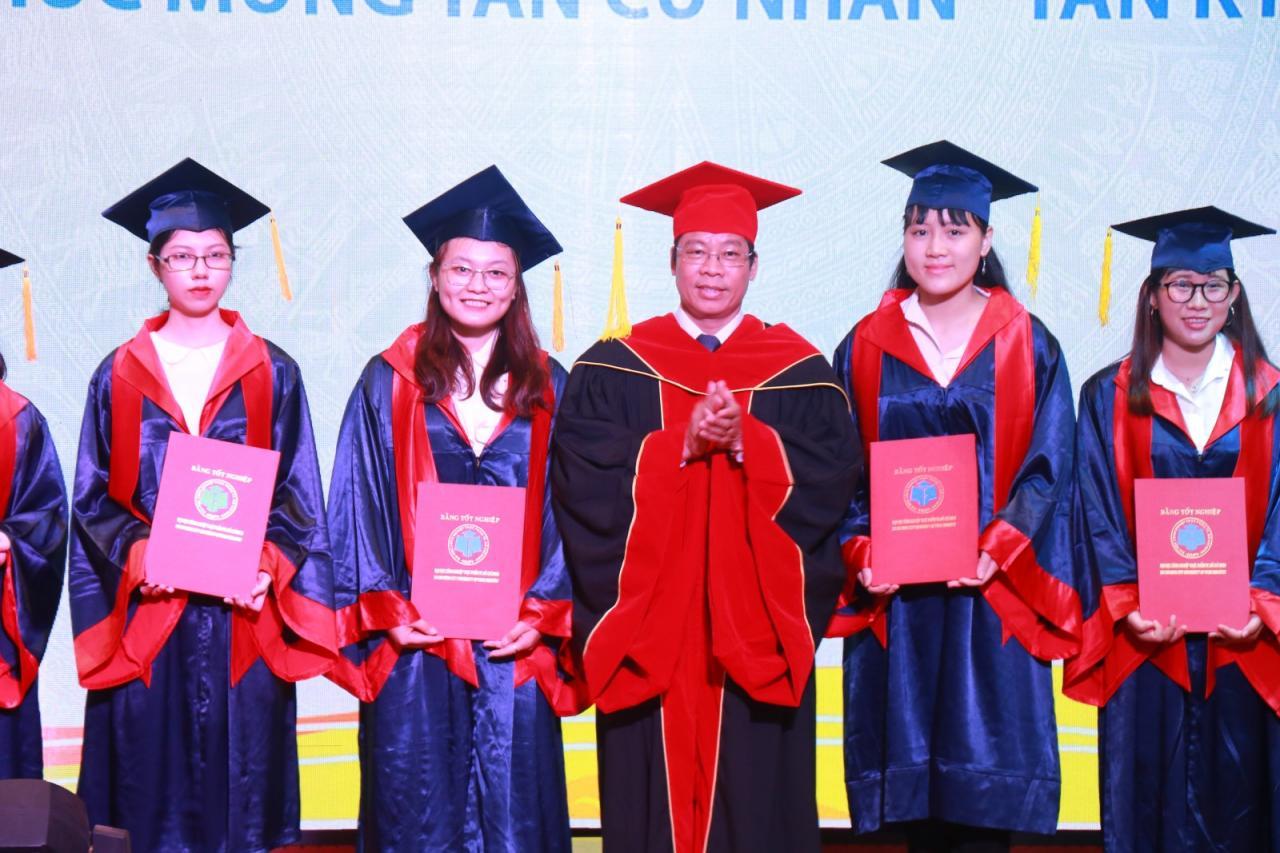 Gần 3.000 sinh viên trường ĐH Công nghiệp Thực phẩm TP.HCM nhận bằng tốt  nghiệp